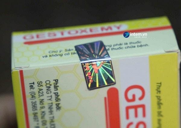 Tem 7 màu được dán trên sản phẩm