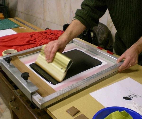 Cũng có thể sử dụng kỹ thuật in ấn lụa để in decal vỡ
