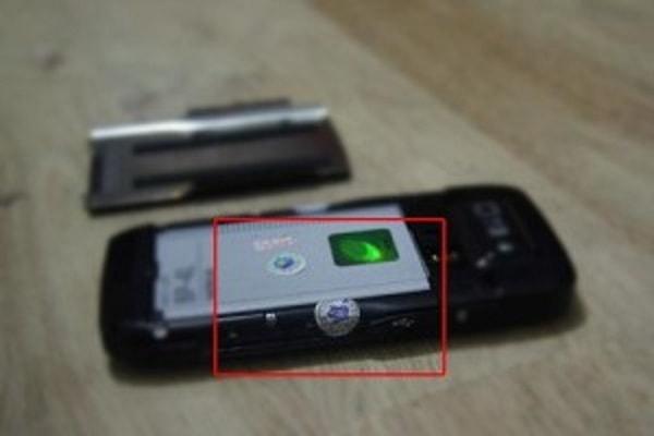 Tem bảo hành bằng decal vỡ được dán trên điện thoại