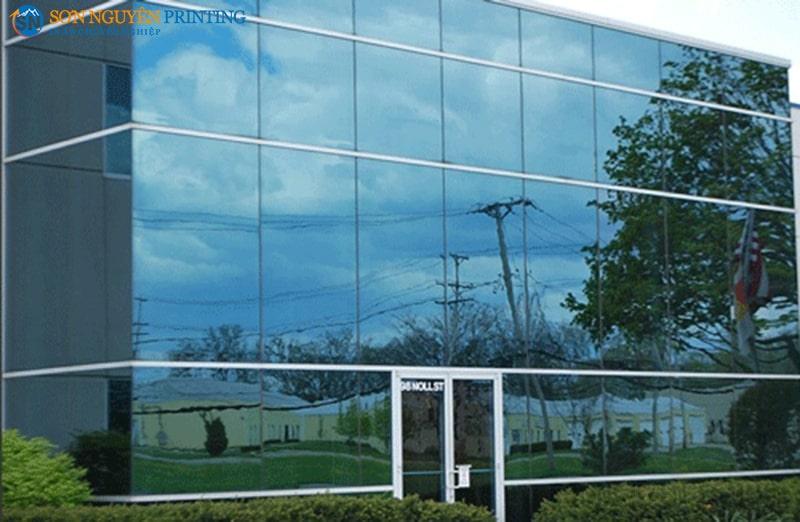 Decal kính phản quang thường được sử dụng cho cửa kính các tòa nhà lớn