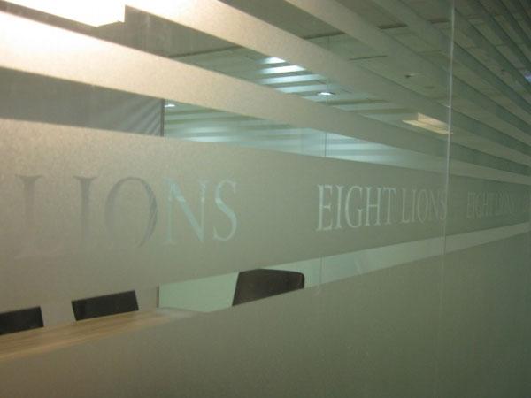 Những tấm decal dán kính có công dụng rất lớn, đặc biệt đối với các ngôi nhà kính