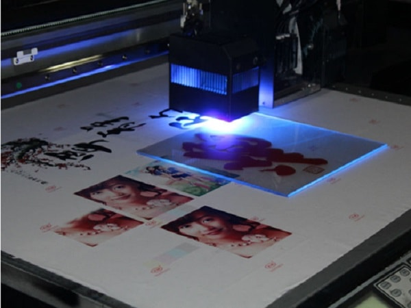 Công nghệ in UV chiếu đèn làm mực khô tức thì