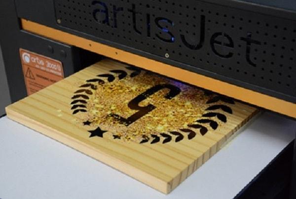 Công nghệ in UV thực hiện trên chất liệu gỗ