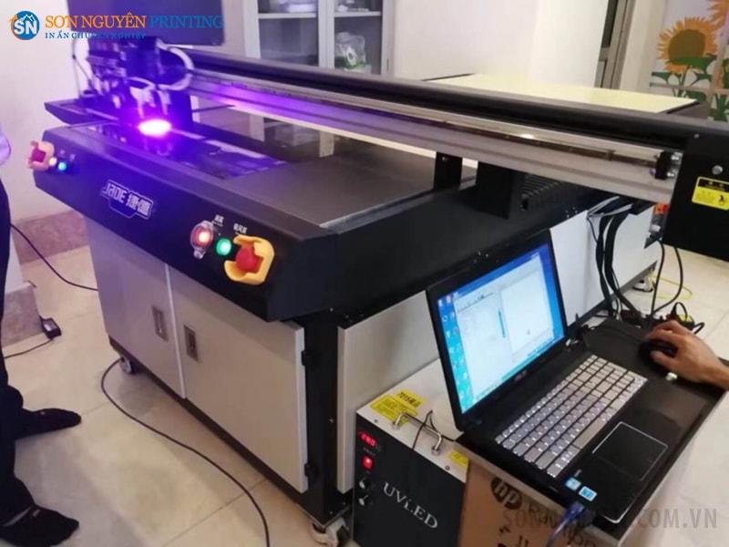 Máy in UV với bề mặt in phẳng và đèn sấy tia UV ở trên
