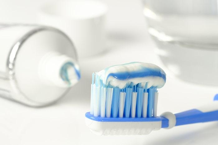 Sử dụng kem đánh răng để tẩy vết bút xóa trên bàn làm việc